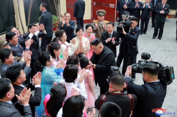 ▲金正恩周二(26日)到訪朝鮮駐當地大使館,獲大批使館人員在場迎接。 (圖 / 美聯社)