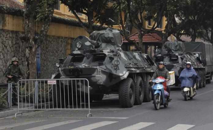 ▲金正恩下榻的河內梅利亞酒店(Melia Hanoi)外面,有多輛裝甲車駐守。(圖 /美聯社)