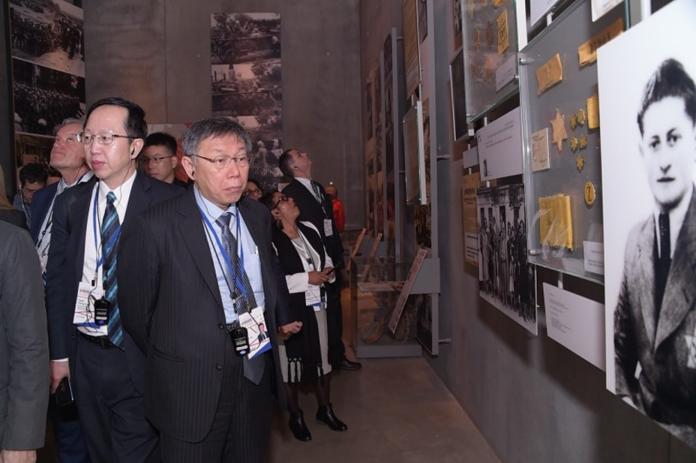 台北市長柯文哲在以色列參訪猶太人大屠殺紀念館。(圖 / 台北市政府提供)