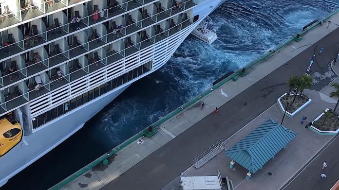 <br> ▲其他準時的乘客悠閒的在船上,看向焦急的情侶。(圖/翻攝自Reel Focus)