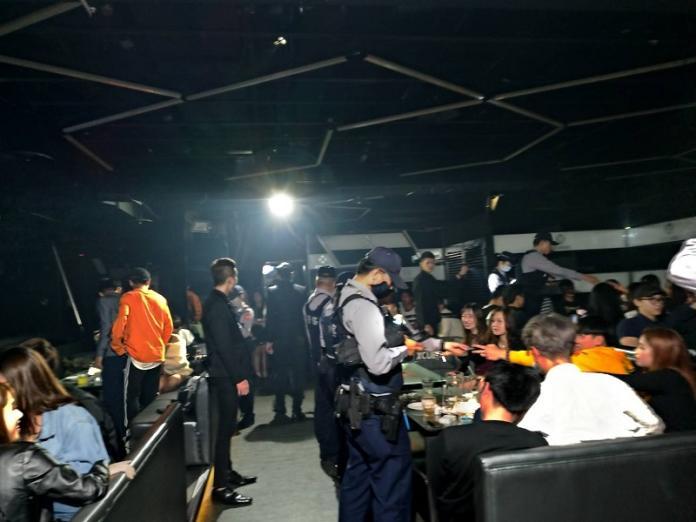 <br> ▲台中市警方今日凌晨針對大型夜店擴大臨檢(圖/警局提供, 2019.02.28)