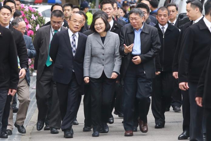 總統蔡英文今(28)日與行政院長蘇貞昌,以及台北市長柯文哲,一同出席228事件中樞紀念儀式。(圖/記者葉政勲攝,2019,02,28)