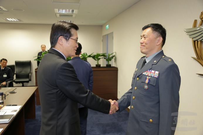 嚴部長頒授羅意中獎章 表彰軍旅貢獻