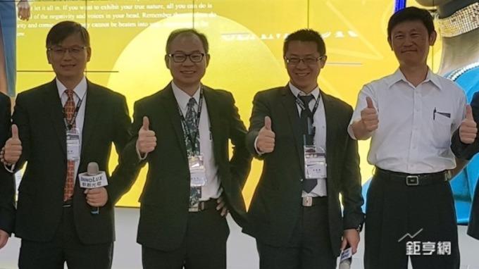 ▲ 左二為群創副董事長蕭志弘。(鉅亨網資料照)