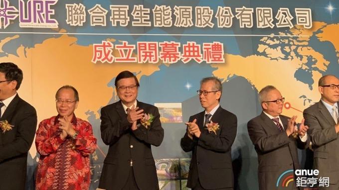 ▲ 聯合再生能源董事長洪傳獻(右三)、執行長潘文輝(左三)。(鉅亨網資料照)