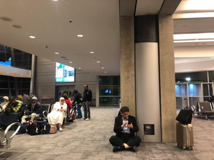 台北市長柯文哲於出訪以色列期間,公開坐在機場地板上,於候機時邊充電、邊滑手機。(圖 / 翻攝自柯文哲臉書)