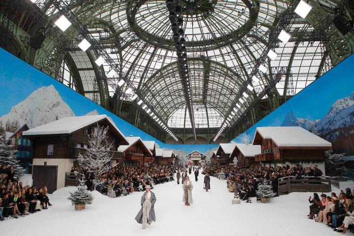 "<br> 老佛爺再度發揮巧思,把積雪的山中雪屋搬進巴黎大皇宮。圖@美聯社<div class=""ad-blk""></div>"