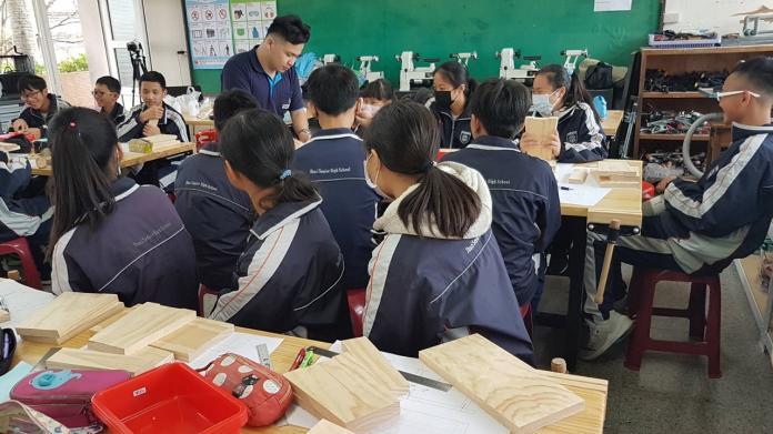 國際金牌得主鄭欽傳(站立者)為學子們傳授技藝,分享成功的奮鬥過程。