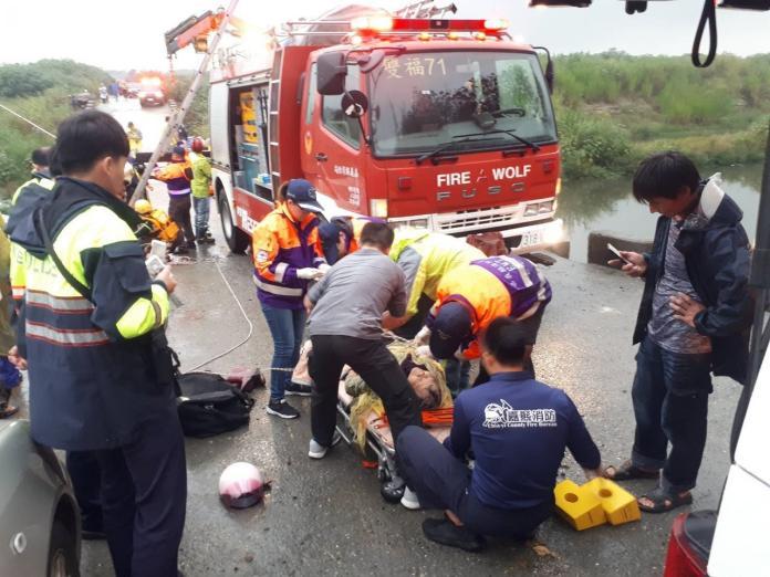 82歲婦人車跌入溪 幸運輕傷救護送醫