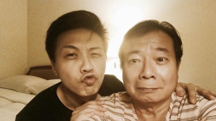 ▲廖峻倒下後,兒子廖錦德(左)始終隨侍在側。(圖/臉書)
