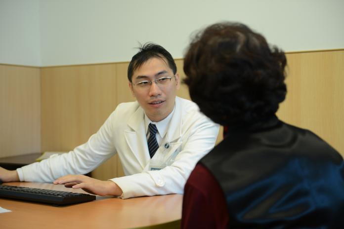 一跌倒就骨折!醫:年輕開始吃「3種食物」防<b>骨質疏鬆症</b>