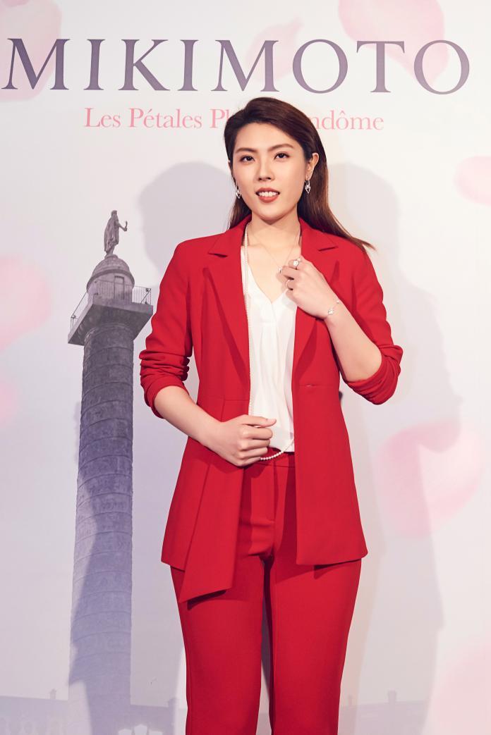 理科太太挺 MIKIMOTO,穿上火紅套裝搭配珍珠優雅亮相。圖@MIKIMOTO