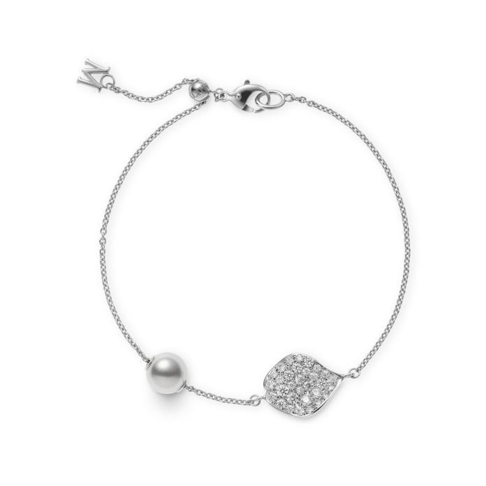 <br> 理科太太最欣賞的日本 Akoya 珍珠鑽石玫瑰花瓣手鍊,不只珍珠可滑動,更有細膩機關可自由調整鍊帶長短。圖@MIKIMOTO