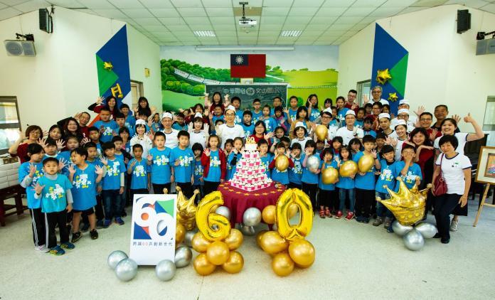 ▲中華開發金控總經理王銘陽(圖中)帶領同仁和南投文山國小師生聯合慶祝60歲生日。(圖/開發金控提供)