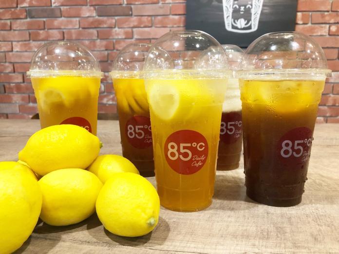 ▲85度C超受歡迎的一整顆檸檬系列飲料回來了,除了原有的紅茶、綠茶、青茶之外,今年新研發了2款新口味咖啡及海岩紅茶。(圖/85度C提供)