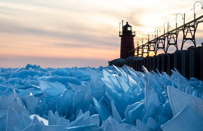 冰雪奇緣拍攝現場? 湖面破碎結冰超夢幻美到不像真的