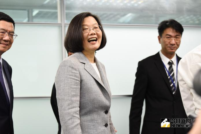 總統蔡英文赴民進黨部領表登記黨內初選。(圖/記者陳明安攝,2019.03.21)