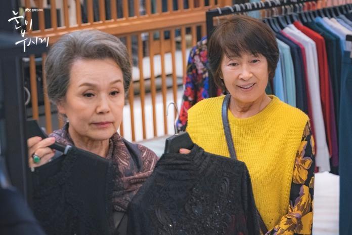 "<br> ▲香奈兒奶奶(左)也反過來提醒金惠子放下世人眼光,穿上適合自己的衣服。(圖/JTBC官網)<br><br><div class=""ad-blk""></div>"