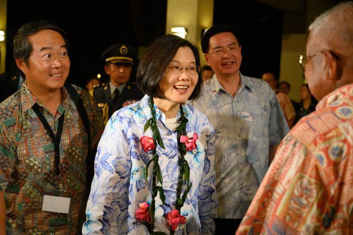 蔡英文總統「海洋民主之旅」,21日晚間抵達帛琉。(圖 / 總統府提供)