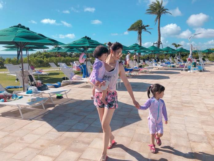 難得前往海島度假,三人秀出粉紫色母女裝。圖@賈靜雯AlyssaChia臉書