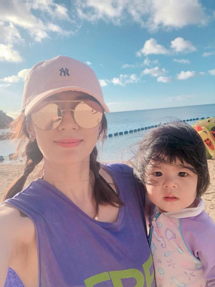 把女兒身上的服裝顏色,改用帽子和背心取代,賈靜雯在穿搭上展現創意。圖@賈靜雯AlyssaChia臉書