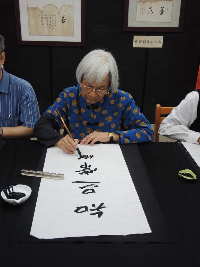 張錦綉祖孫三代一同寫書法