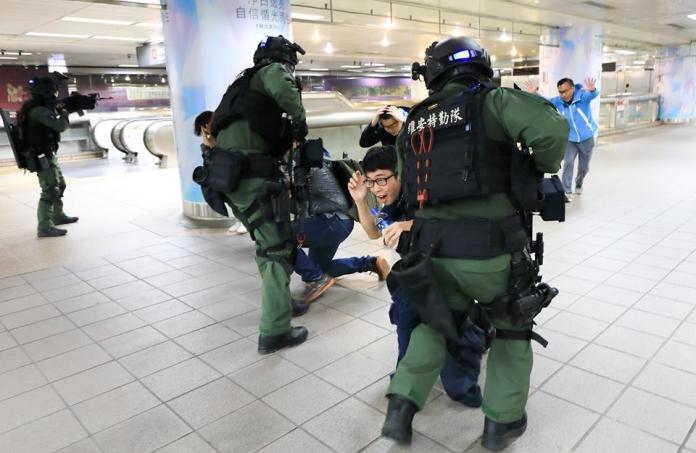 ▲警政署所屬特勤隊23日在北車實施「無劇本」反恐演習。(圖/翻攝自NPA署長室臉書)