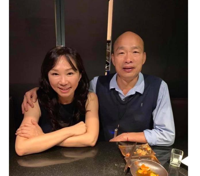 影/韓國瑜跟老婆深夜曬恩愛 她尷尬:沒什麼好說的