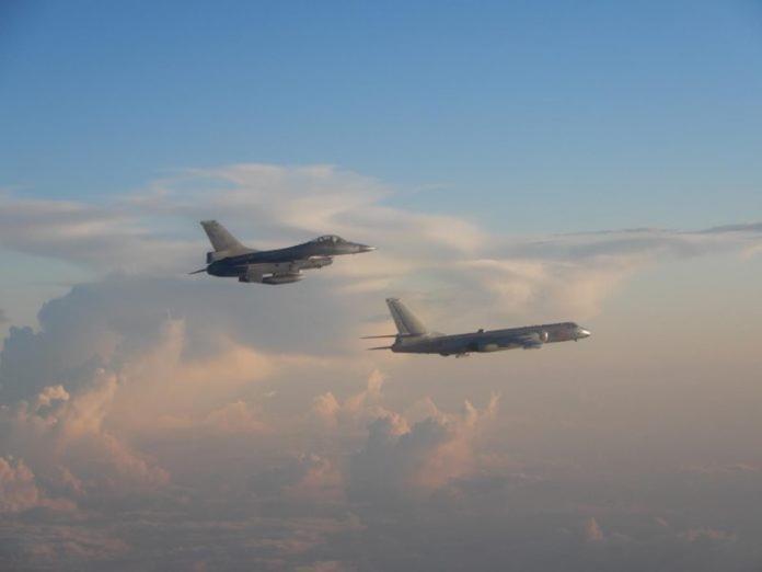 ▲解放軍轟六實施遠海長航訓練,空軍F-16戰機升空監控。(資料照/空軍司令部提供 )