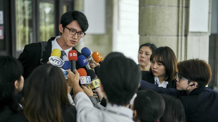 ▲吳慷仁演出幫加害者辯護的律師。(圖/公視提供)