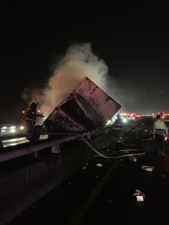 影/國道中山高溪州路段北上發生火燒車 駕駛脫困