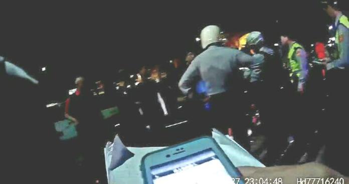 ▲三民區大裕路公園籃球場發生糾紛,警方出動快打部隊將20名現場人員帶回偵辦。(記者郭凱杰翻攝,2019.03.28)