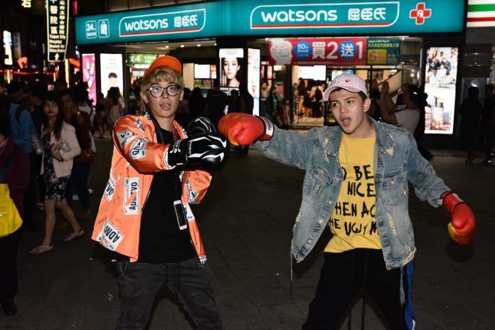 <br> ▲酷炫帶著拳擊手套前來幫孫生站台。(圖/紅心字會提供)