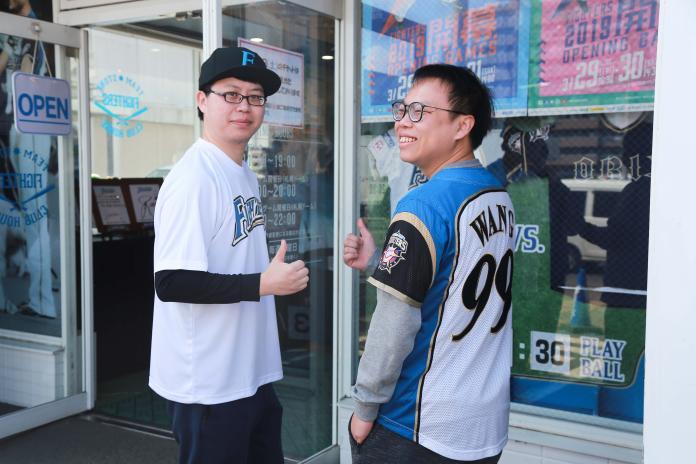 球迷阿剛和Amir特別來到札幌看王柏融開幕戰。(圖/葉政勳攝)圖/葉政勳攝)