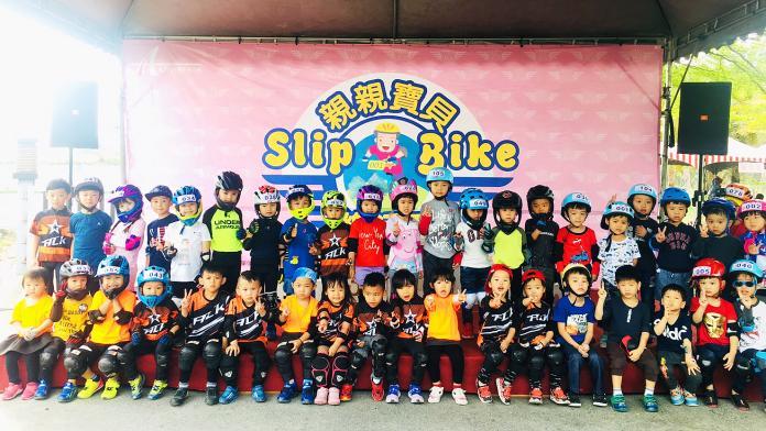 ▲大鵬灣國家風景區管理處與台灣超級鐵人三項協會,首次在大鵬灣辦理「親親寶貝Slip Bike樂』活動。(圖/鵬管處提供)