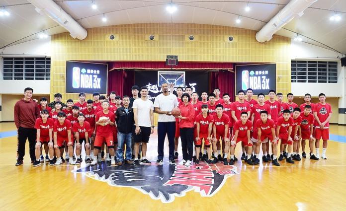 Rashard Lewis(拉尚恩徳•路易斯)造訪南山高中校園,與男籃、女籃進行大合照,並贈送親筆簽名球。