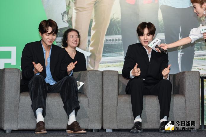 EXO成員Kai及Suho在記者會上重現節目裡玩遊戲畫面。(圖/記者陳明安攝,2019.03.30)
