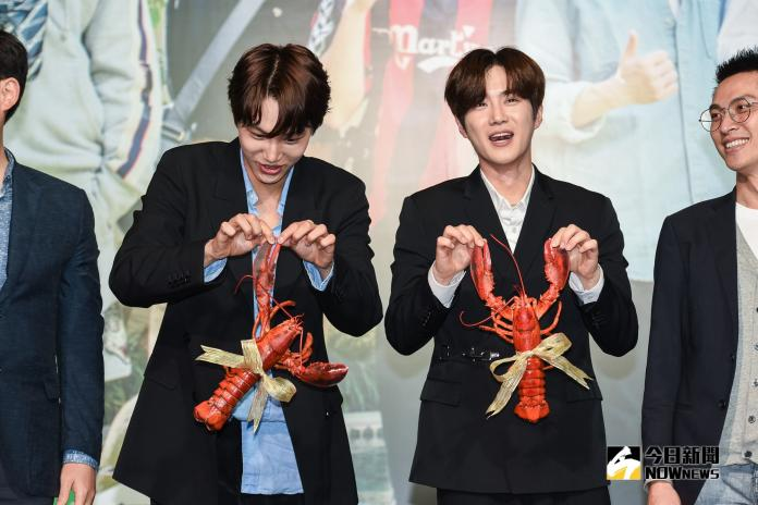 EXO成員Kai及Suho獲贈兩隻大龍蝦。(圖/記者陳明安攝,2019.03.30)