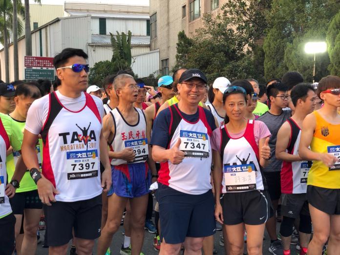 「2019大亞旺萊馬拉松」由深耕台南超過一甲子的大亞集團主辦。大亞集團董事長沈尚弘(中間戴帽者)。