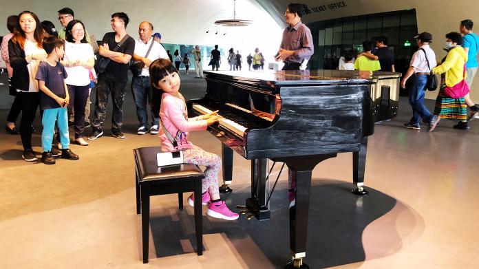 ▲衛武營在公共空間榕樹廣場設置公共鋼琴,所有人皆可自由使用。(圖/記者陳美嘉攝,2019.03.31)