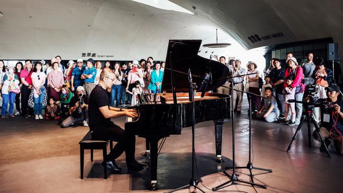 ▲衛武營在公共空間榕樹廣場設置公共鋼琴。(圖/衞武營提供)