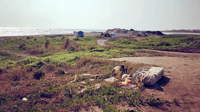 ▲沙灘上可看見廢棄漁網。(圖/吳國振提供)