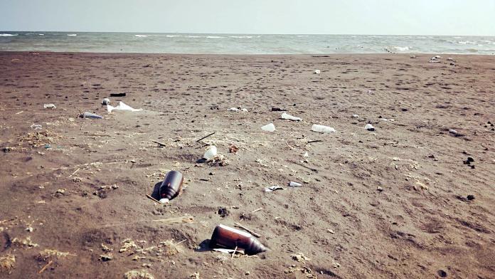 ▲吳國振說,曾經美麗的沙灘,如今滿佈垃圾。(圖/吳國振提供)