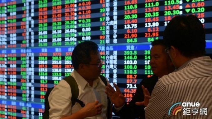 ▲ 台股加權指數今以下跌12.06點開出後,盤中在平盤上下波動。(鉅亨網資料照)