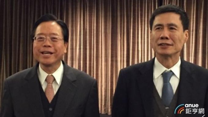 ▲ 合庫銀董事長雷仲達(左)續掌信託公會理事長。(鉅亨網資料照)