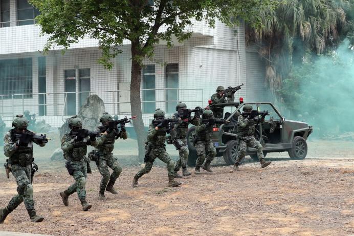 ▲ 特戰突擊隊員向目標區實施攻堅掃蕩。(軍聞社記者周力行攝)