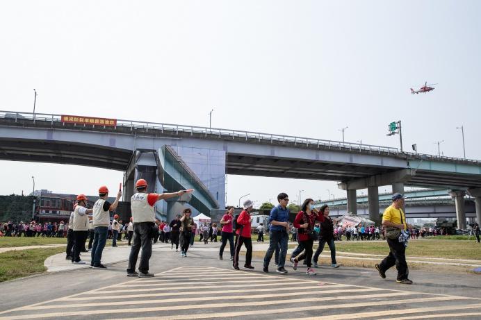 ▲ 新北市民安5號演習21日於華江河濱公園展開,後備軍人協助民眾大規模疏散。(軍聞社記者周力行攝)