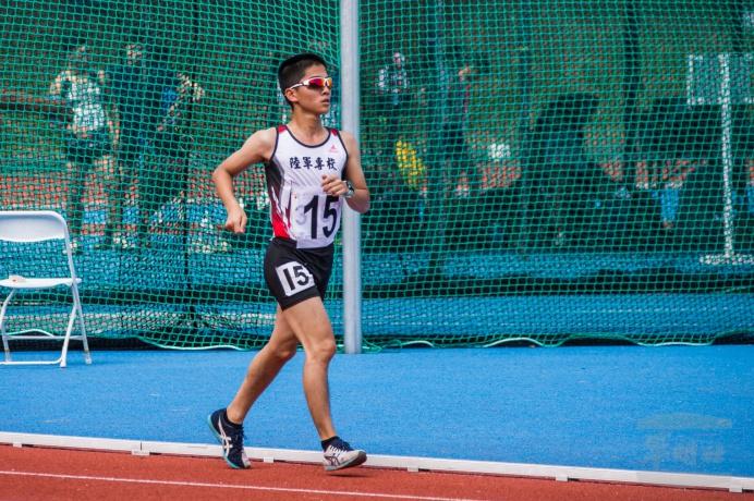 ▲ 陸軍專科學校李振維於一般男生組田徑10000公尺競走決賽中,勇奪金牌。(軍聞社記者卓以立攝)