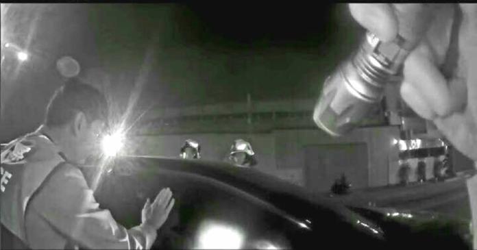 ▲三民派出所員警獲報立即前往處理,員警拍打車窗叫喊多次皆無反應,擔心2人有生命危險,隨即通知消防隊救護人員到場緊急破窗。(圖/記者郭凱杰翻攝,2019.04.01)