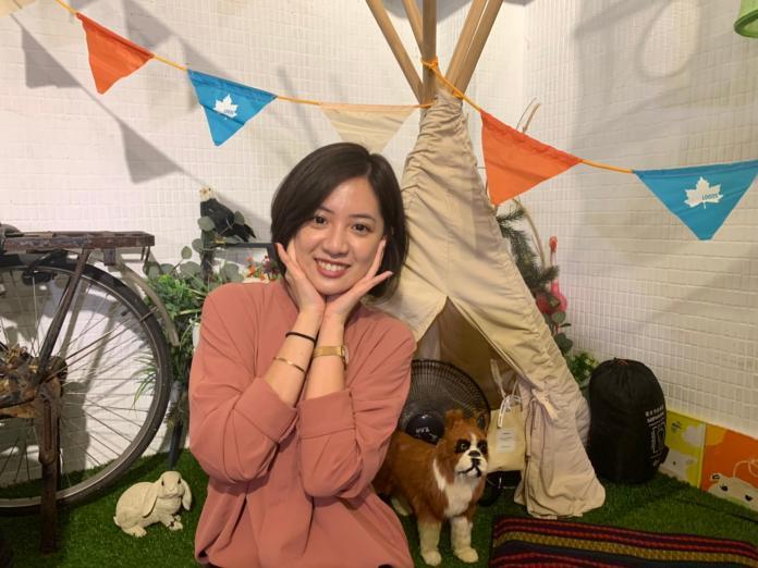 「學姊」黃瀞瑩示範拍網美照。(圖/NOWnews)
